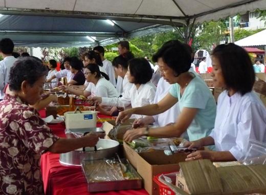 Mass Food Offering during Wesak 2011